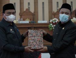 Penjabat Sekda Luwu Serahkan Ranperda Pertanggung Jawaban Pelaksanaan APBD TA 2020 Ke DPRD