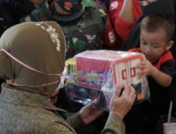 Berikan Mainan ke Adik Bungsu Korban Longsor, Mensos : Ini Ibu Bawakan Mainan, Sabar Yah Nak